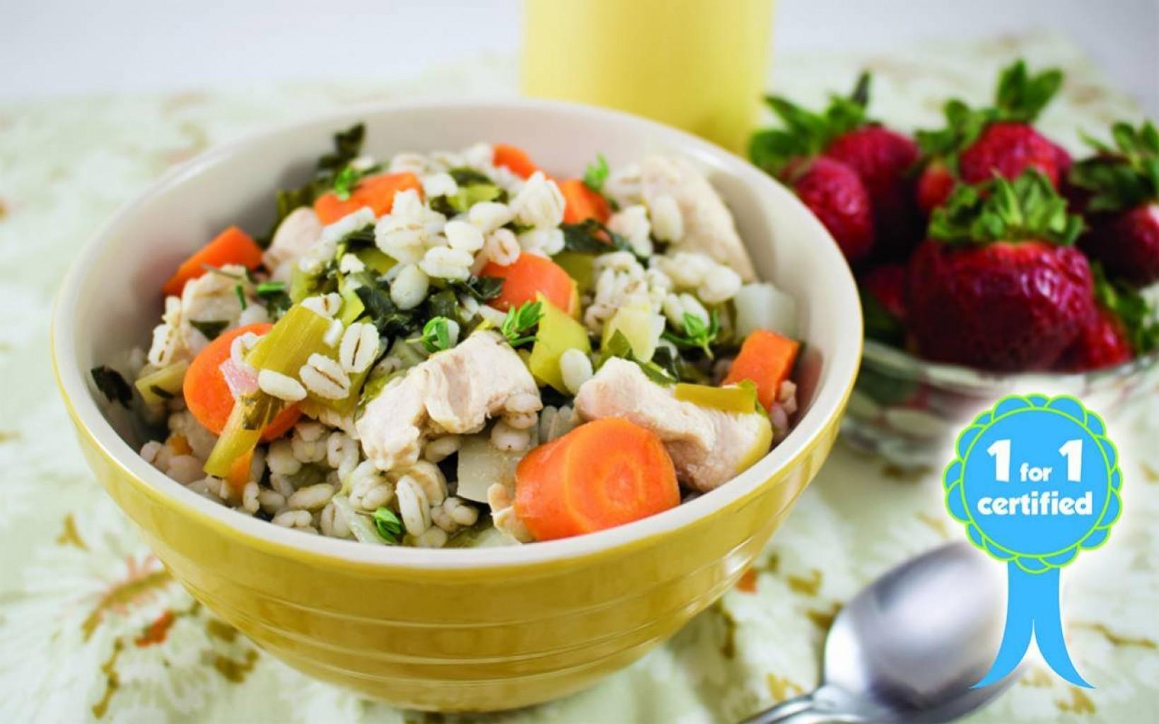Sopa de pollo con puerro, nabos y cebada