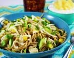 Pasta con pollo, calabacín y cilantro