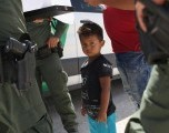 Inmigrantes enfrentan sistema caótico para recuperar hijos