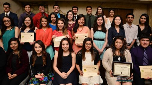 Oportunidad de Beca  para estudiantes Latinos de escuela secundaria y universitarios