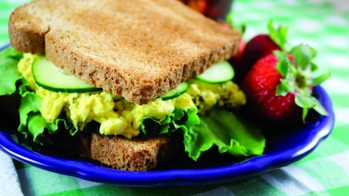 Sándwich de huevo  con pepino