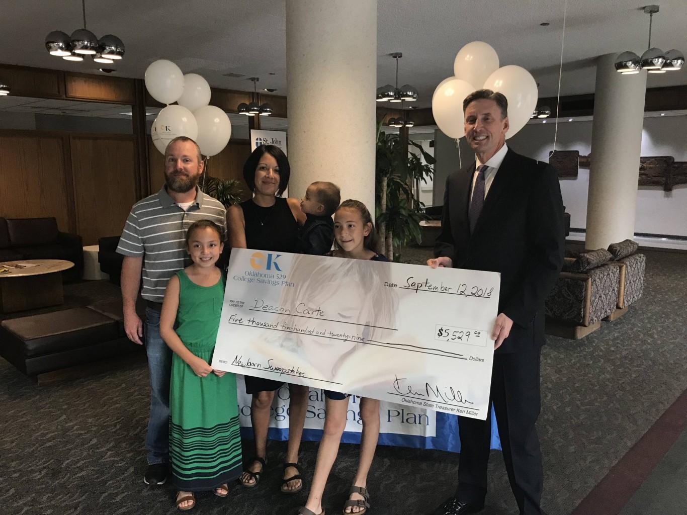 Padres de Tulsa ganaron $5,529 para la Universidad de su recién nacido