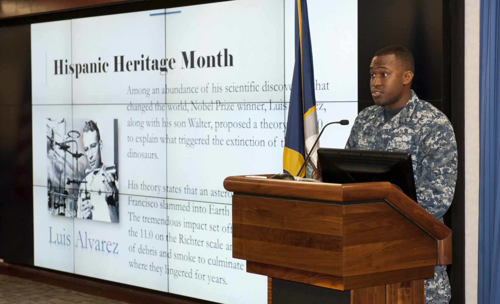 Marina de guerra de Estados Unidos observa el mes de la Herencia Hispana