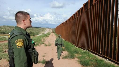 Centenares de indocumentados se entregan voluntariamente en la frontera