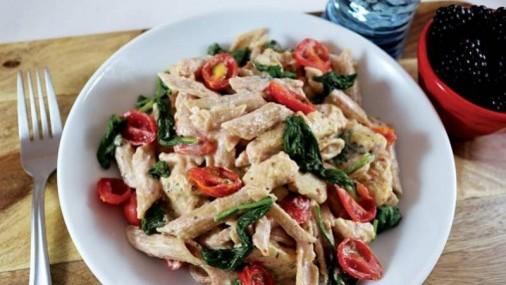 Pasta cremosa con pollo y espinaca