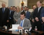 Gobernador Firma nuevo Proyecto de Ley Para Proteger a Victimas de Abuso Sexual