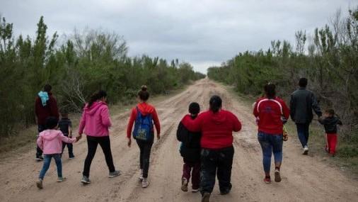 Cruces ilegales se desploman a medida que EE.UU. extiende su política a través de la frontera