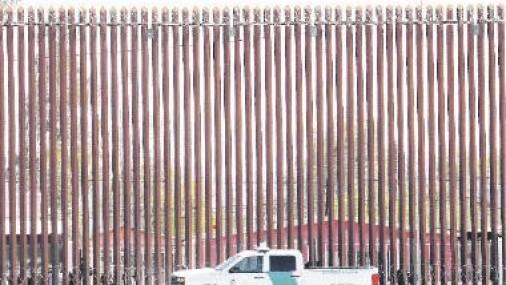 Muere mujer embarazada de 19 años tras  caer de muro fronterizo en EEUU