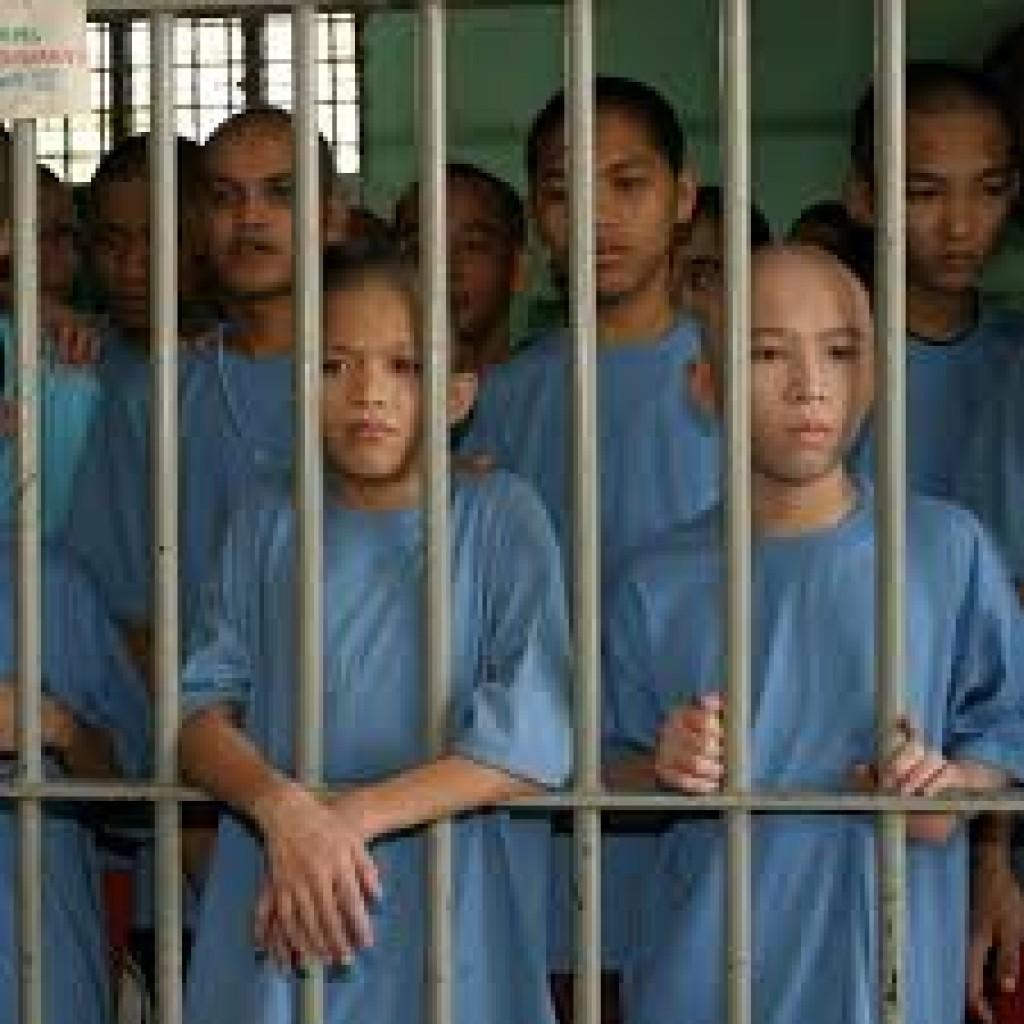 Limita la colocación de jóvenes adolescentes en centros de detención de menores