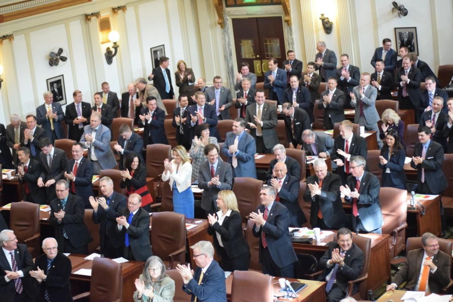 Legisladores al lado y detrás de las Fuerzas del Orden