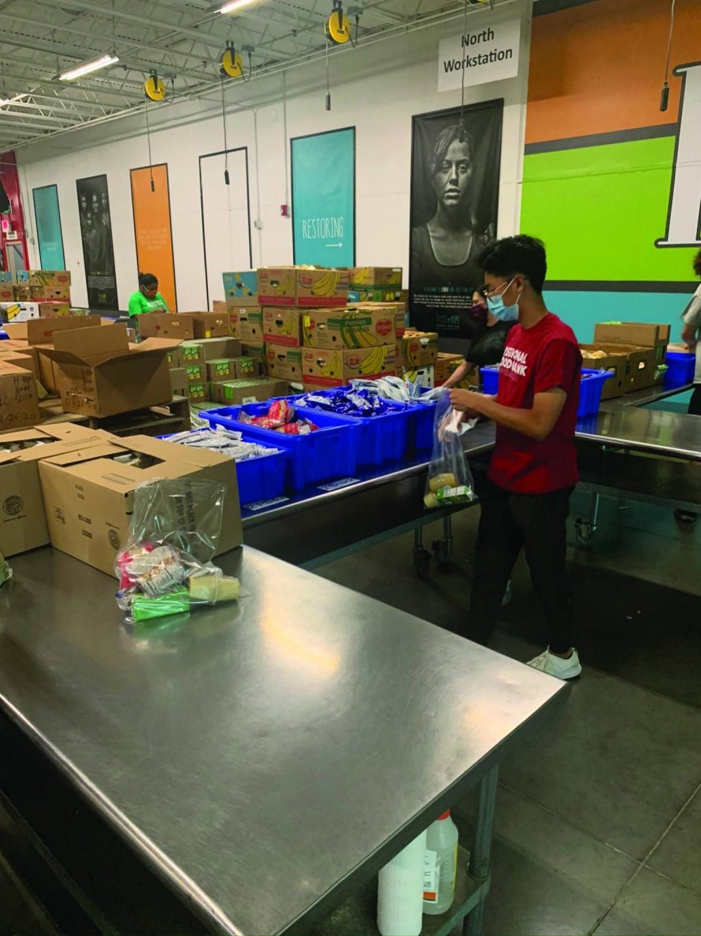 Estudiantes de Escuela Secundaria asisten al Banco Regional de Alimentos durante los Esfuerzos de Socorro COVID-19