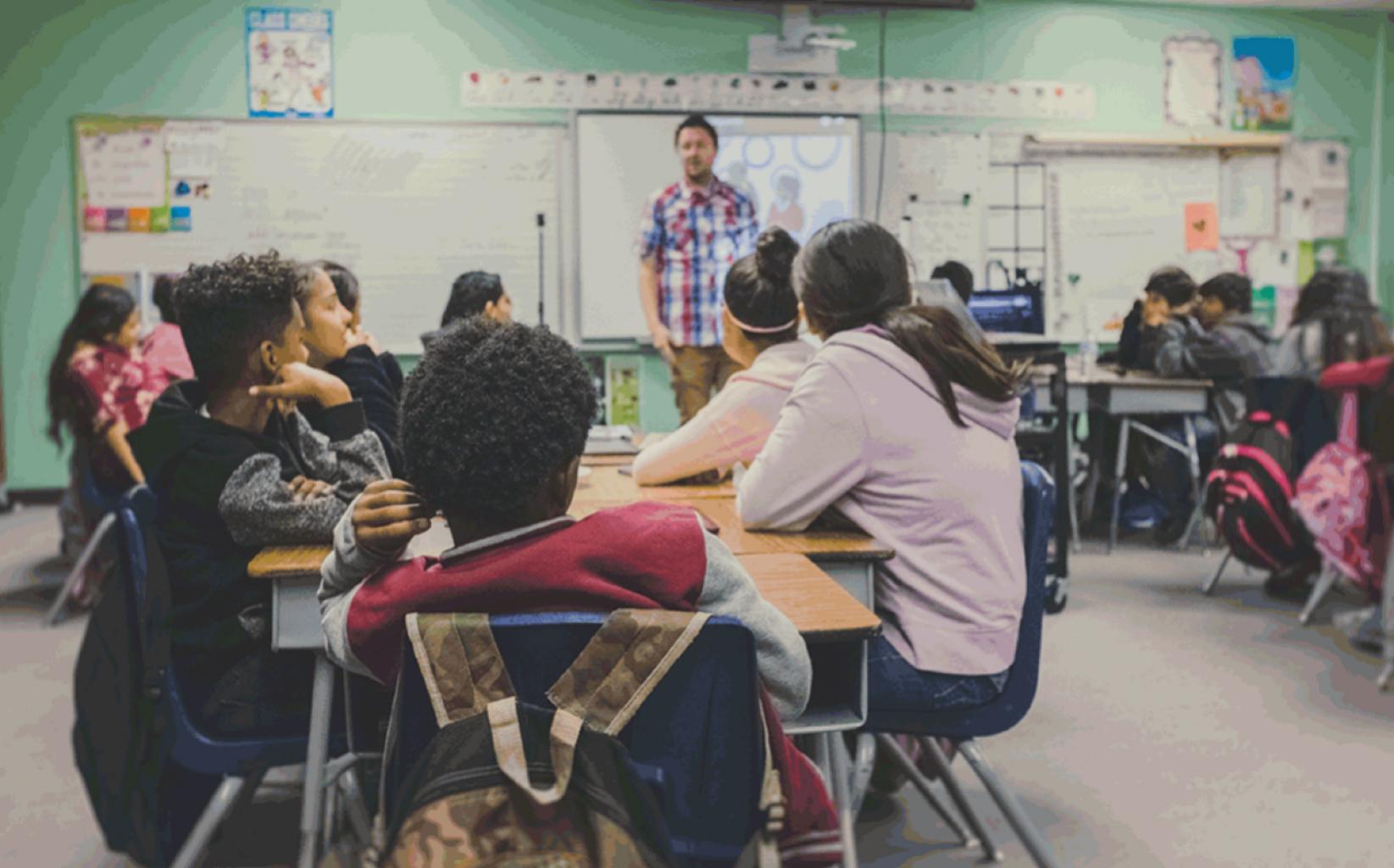 """Asociación Nacional de Educación apoya promover la """"teoría crítica de la raza"""" en las escuelas"""