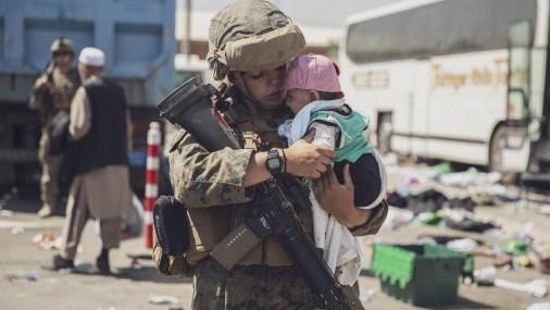 Fuerzas del orden dan la bienvenida a Refugiados Afganos