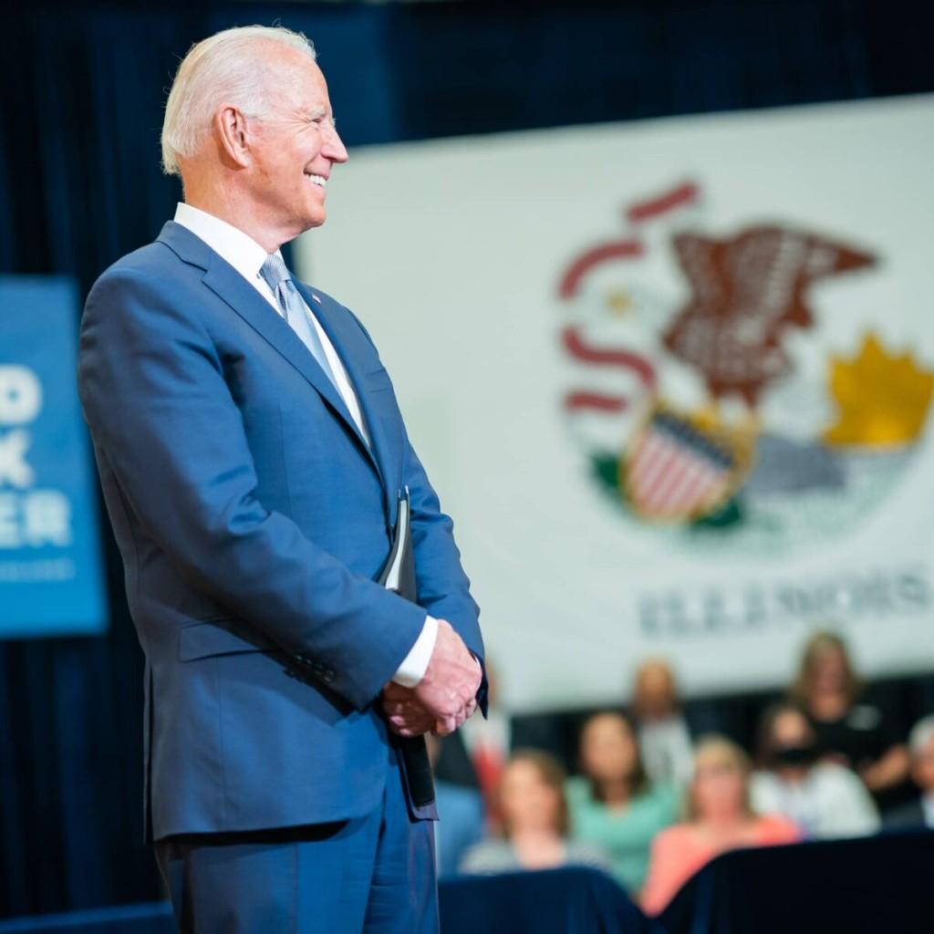Cae aprobación de Biden en medio de nuevos casos de COVID