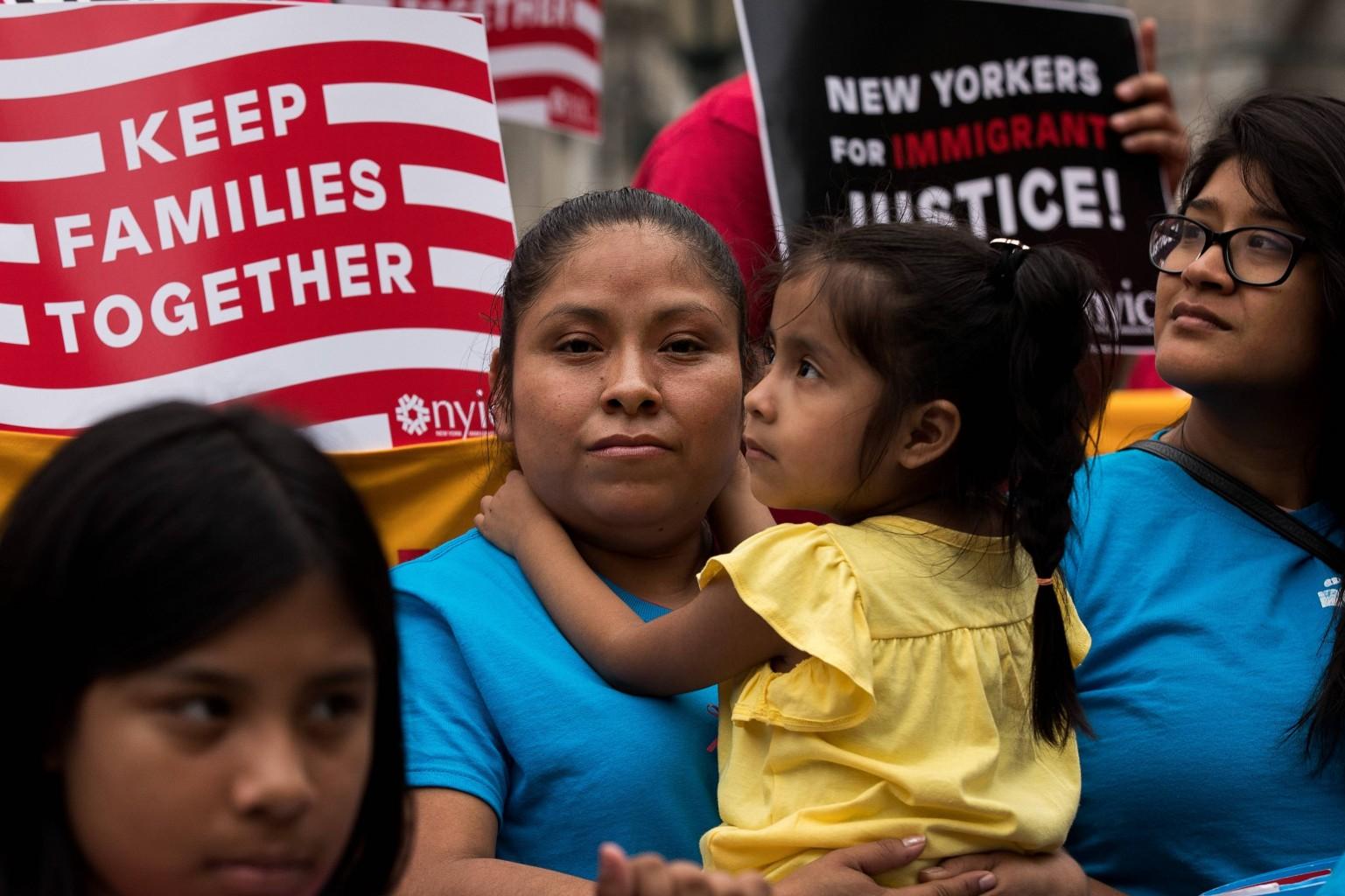 Familias migrantes que fueron separadas piden residencia
