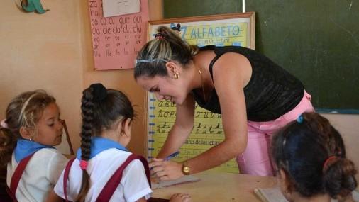 Conley estudia la retención de maestros y los sistemas de apoyo para mejorar los resultados de los estudiantes